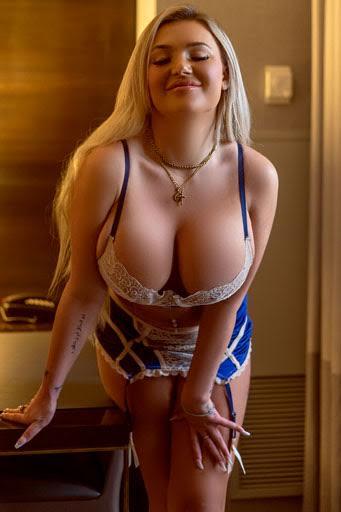 Model in lingerie - Heidi